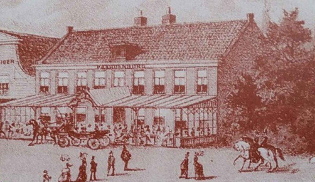 """Het is 1647 als de boerderij uit 1594 wordt geamoveerd en als één van de eerste opstallen in de zo genaamde """"Buurt Over Ouderkerk"""" hier aan de Amstel in gebruik word genomen als uitspanning. In1693 wordt dit, toen nog houten gebouw, gekocht door Pieter Meffert die er de naam Paardenburg aan verbindt. Door het steeds drukker wordende transport per koets, kar, schip en paard langs de Amstel, mikt hij op de verdere ontwikkeling van deze locatie. Een schot in de roos, zo blijkt. In 1702 is hij in staat dit huidige stenen pand te laten bouwen en geeft het de officiële functie """"Herberg"""". Het is het begin van de rijke geschiedenis van één van Nederlands mooiste en beroemdste horecabedrijven waar vele mensen geschiedenis zullen schrijven. Naast forenzen was Paardenburg tevens een populaire plek voor notabelen en het plaatselijke verenigingsleven. Het bestuur van Middelpolder vergaderde hier midden 1800 regelmatig. Niet verwonderlijk aangezien één van de bestuursleden eigenaar was van het pand dat hij in 1846 kocht voor f. 3800,-. We weten ook dat de Hollandsche Maatschappij van Landbouw hier in 1855 vergaderden voor een totaalbedrag van 5,- gulden. 5 jaar later organiseerde deze Maatschappij hier op de Amstelzijde een harddraverij met een feestelijke afsluiting in Paardenburg. Het werd een jaarlijks terugkerend evenement waarbij er traditiegetrouw zelfs werd afgesloten met vuurwerk. Paardenburg diende in die tijd ook als toneel voor politieke onrust bij ambtelijke vergaderingen die binnen plaatsvonden. Buiten verzamelde zich dan tegenstanders uit protest tegen bijvoorbeeld een annexatie van het grondgebied van Ouderkerk."""
