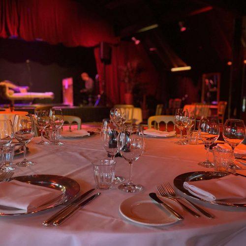 Diner in Tuinzaal met zicht op podium